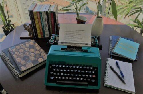 Mesa de trabalho com maquina de escrever
